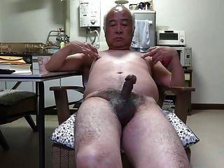 일본의 늙은이의 페니스 트 위치가 젖꼭지를 터치합니다.