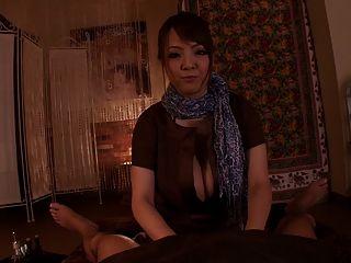 큰 가슴을 가진 화려한 일본인
