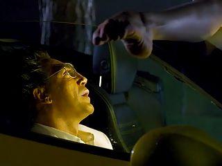 카메론 디아즈가 차를 으깨고있다.