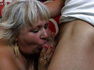 그녀의 엉덩이를 빠는 털이 할머니