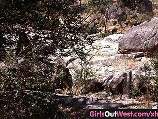 서쪽의 레즈비언 아웃 오스트레일리아 히치하이커가 소녀를 옥외에서 핥았 다.