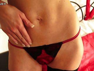 뜨거운 영국의 milf와 그녀의 면도 한 음부