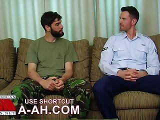 영국 군인은 미국 군인에 의해 두근 거리는 당나귀를 얻는다.