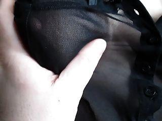 블라우스를 통해 볼 때 그녀의 가슴을 만지다.