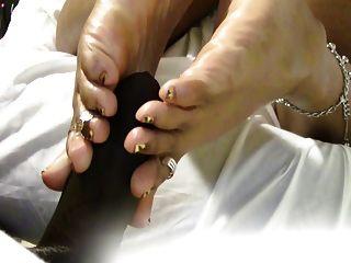 부인 coqueen 포르노를보고있는 동안 그녀의 발바닥을 엿.