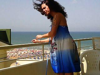 닉키 ladyboys 파란 드레스 balkony