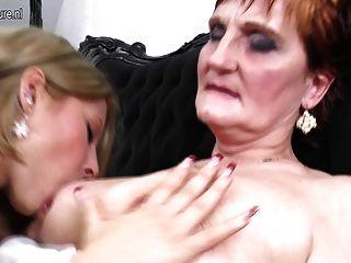 젊은 문신을 된 소녀가 늙은 할머니와 섹스