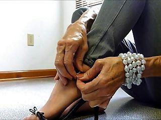 성숙한 발은 청바지를 애타게한다.