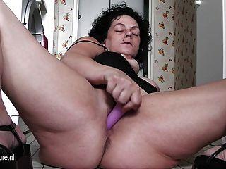 흥분된 성숙한 매춘부 할머니는 그녀의 집을 통해 모든 재생