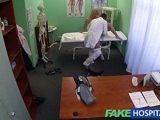뜨거운 금발 신음으로 가짜 병원 성공적인 상담