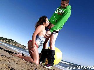 프랑스 여배우 샬롯 엉덩이 해변에 좆