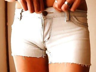 가장 둥근 엉덩이 사춘기!타이트한 데님 반바지 입고!+ cameltoe!