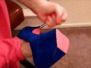 그녀의 발에 동그라미를 치다.