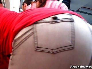 놀라운 가슴과 cameltoe과 시장에서 청바지에 엉덩이