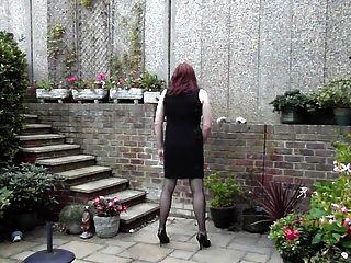 정원에서 trannie 친절한 드레스 wanking