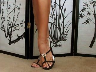 베이비는 그녀의 신발 컬렉션을 보여줍니다 ... 슈퍼 섹시 피트!