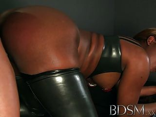 bdsm xxx 갇힌 및 족쇄 된 노예들은 좋은 때리기를 얻는다.