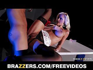 아름다운 금발의 거물은 하드 거시기에 그녀의 엉덩이를 반송 사랑한다.