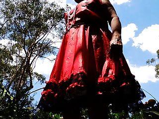 빨간색 새틴 드레스에 sissy 레이 소용돌이 치는 upskirt
