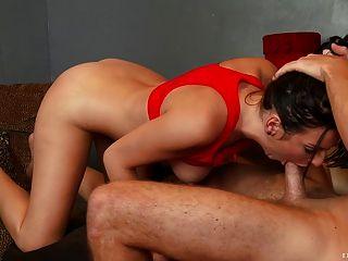 섹시한 십대가 그녀의 꽉 음부를 두들겨