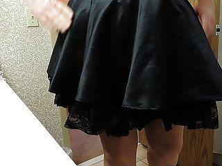 보라색 코르셋과 검은 색 하녀 스커트에 시시 빛 레이