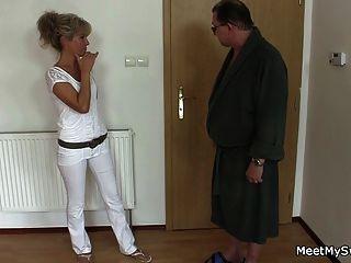 그의 늙은 엄마와 아빠가 그녀를 삼인조로 속인다.