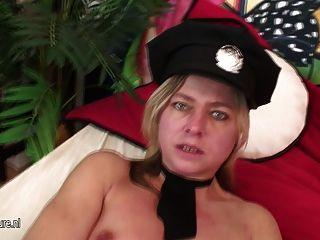 여성 성숙한 경찰은 젖기를 좋아합니다.