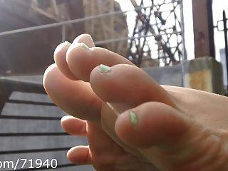 공원에서의 솔직한 발과 솔