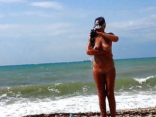 해변에있는 아내