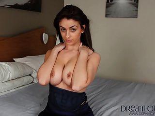 영국의 사춘기 katie는 그녀의 기운이없는 타이트한 몸을 과시한다.