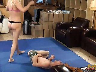 핑크 브래지어와 팬티에 facesitting 금발 dominatrix