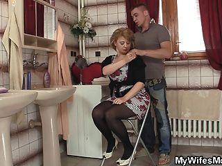 아내가 나와서 그녀의 뜨거운 엄마를 강타합니다.