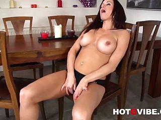 섹시 milf 스테이시 실버 fingering 그녀의 뜨거운 젖은 음부 1