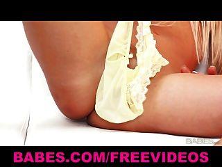 섹시한 솔로 금발의 칼라 코 막이가 팬티로 그녀의 음부를 괴롭 힙니다.