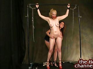 크리스티나 카터는 큰 가슴 금발을 간질입니다