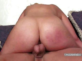 금발 머리카락 케이티 여름은 그녀의 젖은 깡패를 열심히 더럽힌다.