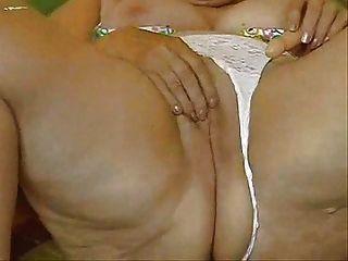 호색한 할머니는 그녀의 큰 음부를 자위!