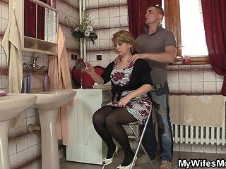 똑똑한 남자가 법정에서 그의 어머니를 강타합니다.