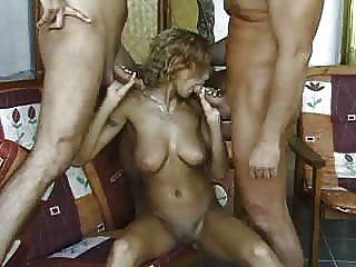 귀여운 금발는이 두 남자들과 섹스를하고 싶어.