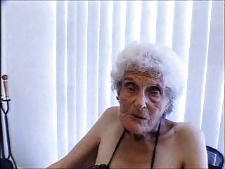 젊은 남자가 인터넷에서 가장 오래된 창녀를 두드리는