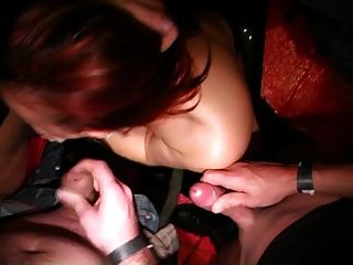 벨기에 여자가 포르노 대회에서 자지를 빤다.