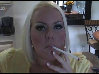 뜨거운 가슴이 금발의 금발의 milf 흡연 솔로