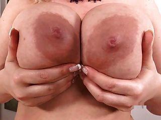 busty sophie mei는 그녀의 큰 가슴을 가지고 노는다.