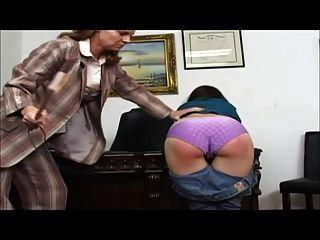 그녀의 직업을 지키는 것은 심한 노를 의미합니다.
