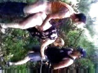 크로아티아에서 휴가 숲에서 두드리는 아내