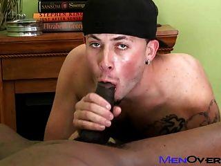 뜨거운 흑인 남자는 귀여운 문신을 한 백인 소년을 좆.