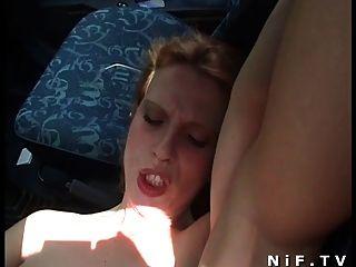 프렌치 걸레는 야외에서와 차 안에서 소란을 피운다.