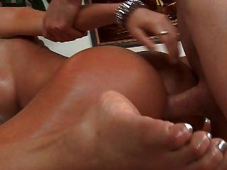 매우 뜨거운 latina 좋은 엉덩이와 엉덩이에 정액을 가져옵니다.