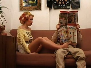 팬티 스타킹 여자가 뜨거운 코디를하고있다.