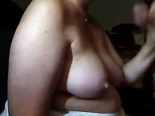 성숙한 여인은 성기를 빨고 그녀의 가슴에 정액을 얻습니다.